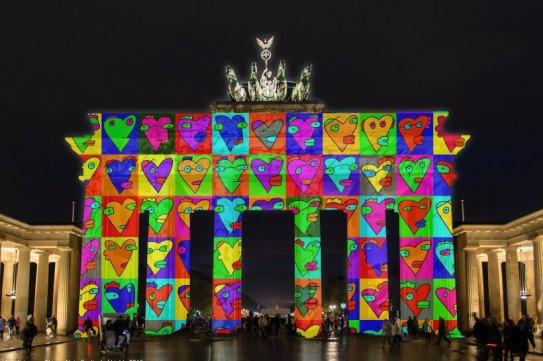 Visualisierung-Brandenburger-Tor-von-Thierry-Noir-fuer-Festival-of-Lights-2015-Herzen